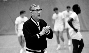Bí quyết thành công của HLV huyền thoại John Wooden: Cải thiện 'vòng tròn' bên trong mình