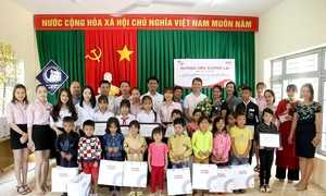 Học sinh Đắk Lắk nhận học bổng trước thềm năm học mới