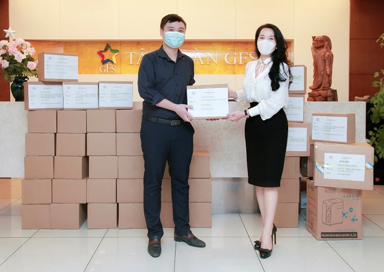 Ms. Nguyen Hong Hanh presented boxes of medicine and equipment for the prevention, control and treatment of SARS-CoV-2 disease to GF Group employees.